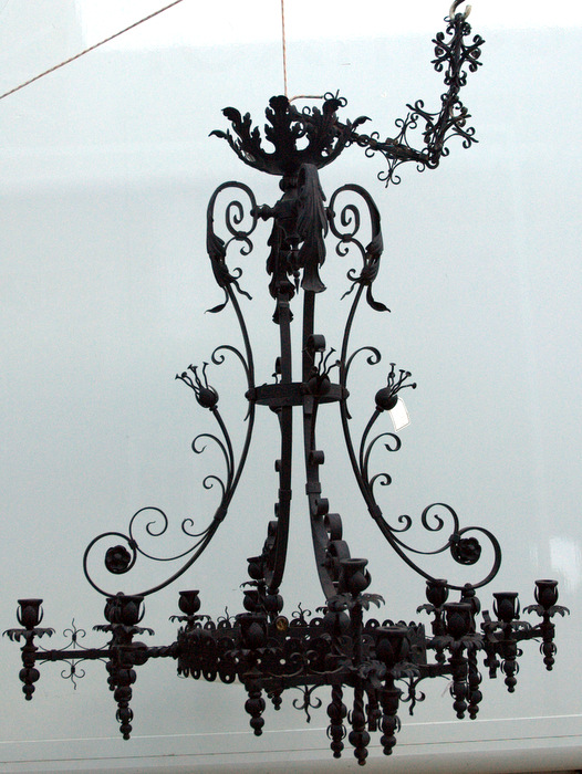 IMPOSANT LUSTRE GOTHIQUE EN FER FORGE / IMPOSING WROUGHT IRON CHANDELIER