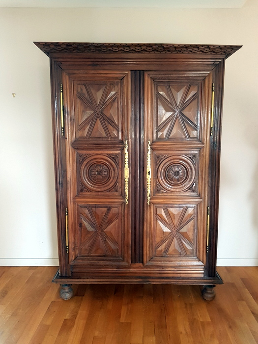 ARMOIRE LOUIS XIII NOYER / LOUIS XIII WALNUT WARDROBE