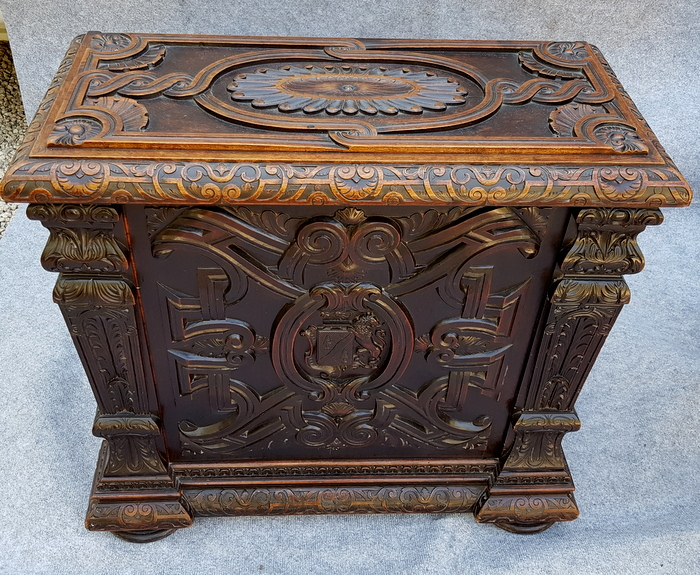 COFFRE BOIS SCULPTE / CARVED WOODEN TRUNK