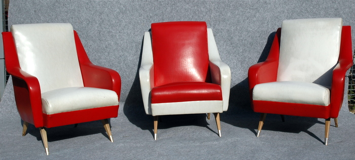 3 FAUTEUILS VINTAGE ROUGE ET BLANC / 3 VINTAGE ARMCHAIRS RED AND WHITE